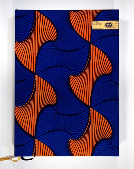 Vlisco Fabrics. Papier: Artic Volume White en FLY Wit (binnenwerk).