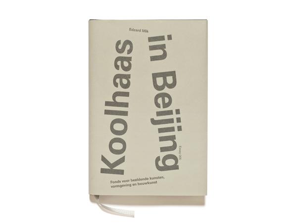 Essay. Edzard Mik: Koolhaas in Beijing. Fonds BKVB, 2010, 12 x 18 cm Binnenwerk 120 grams, Butterfly houtvrij, parelgrijs. Omslag Winter&Company Wibalin 541. Stofomslag 120 grams, Butterfly houtvrij, parelgrijs