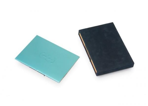 Serie van acht kunstenaarsboekjes in een cassette, waarbij alle omslagen en schutbladen op een verschillende soort papier zijn gedrukt. Opdrachtgever Stadscollectie / Gemeente Museum Den Haag.