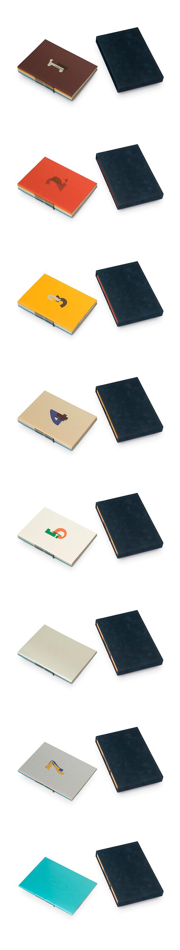 Serie van acht kunstenaarsboekjes in een cassette, waarbij alle omslagen en schutbladen op een verschillende soort papier zijn gedrukt. Opdrachtgever Stadscollectie/ Gemeente Museum Den Haag.
