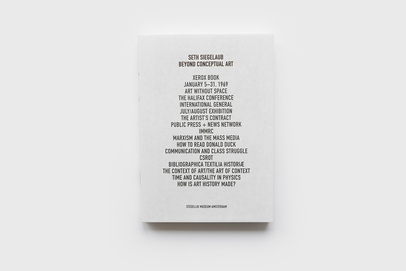 Voorkant 'Beyond Conceptual Art' door Seth Siegelaub. De Monsterkamer - Een interview met Tariq Heijboer
