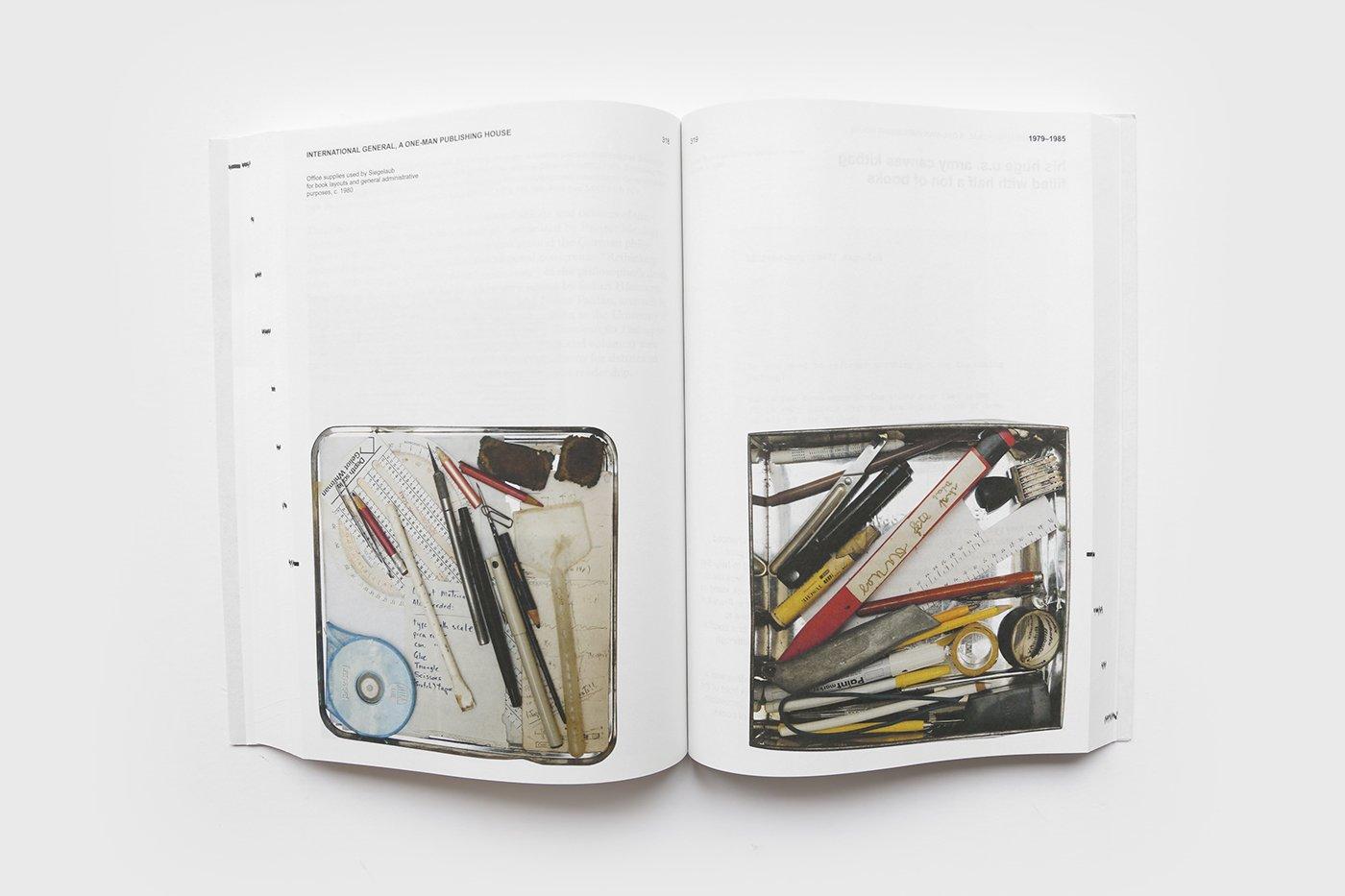 Twee pagina's uit 'Beyond Conceptual Art' door Seth Siegelaub. De Monsterkamer - Een interview met Tariq Heijboer