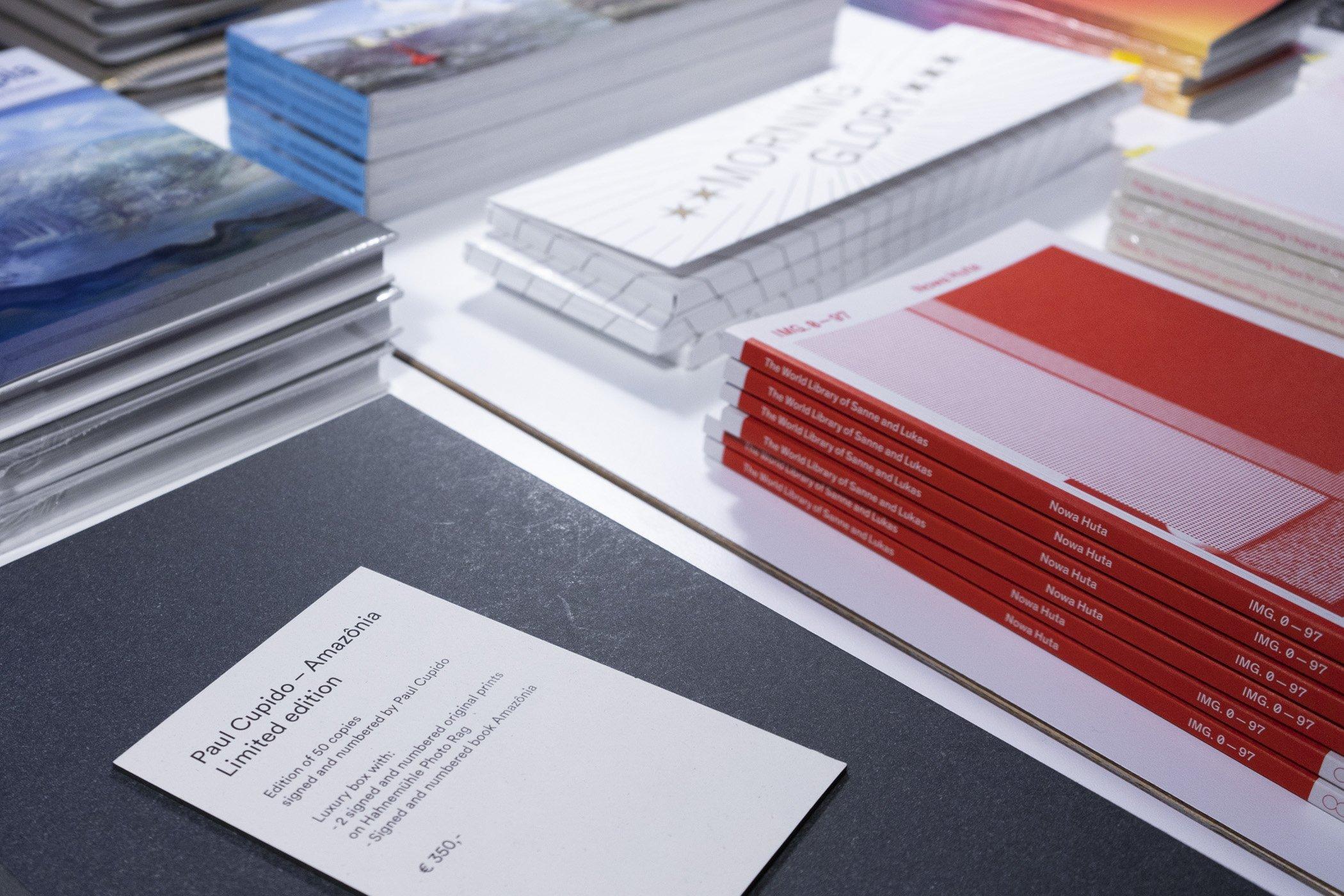 Close up boeken op de kerstborrel van de Monsterkamer met DIABP en de Fotograaf des Vaderlands