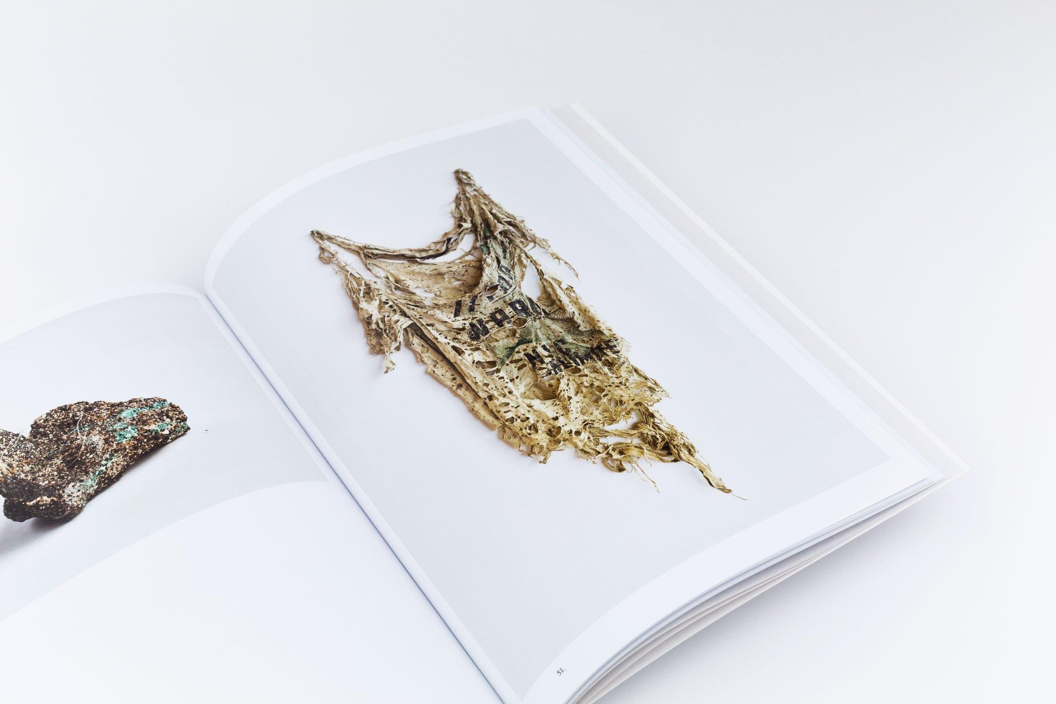 Spread uit het boek: Reading by Osmosis. Nature Interprets Us. Ontworpen door Jan Pieter Karper.