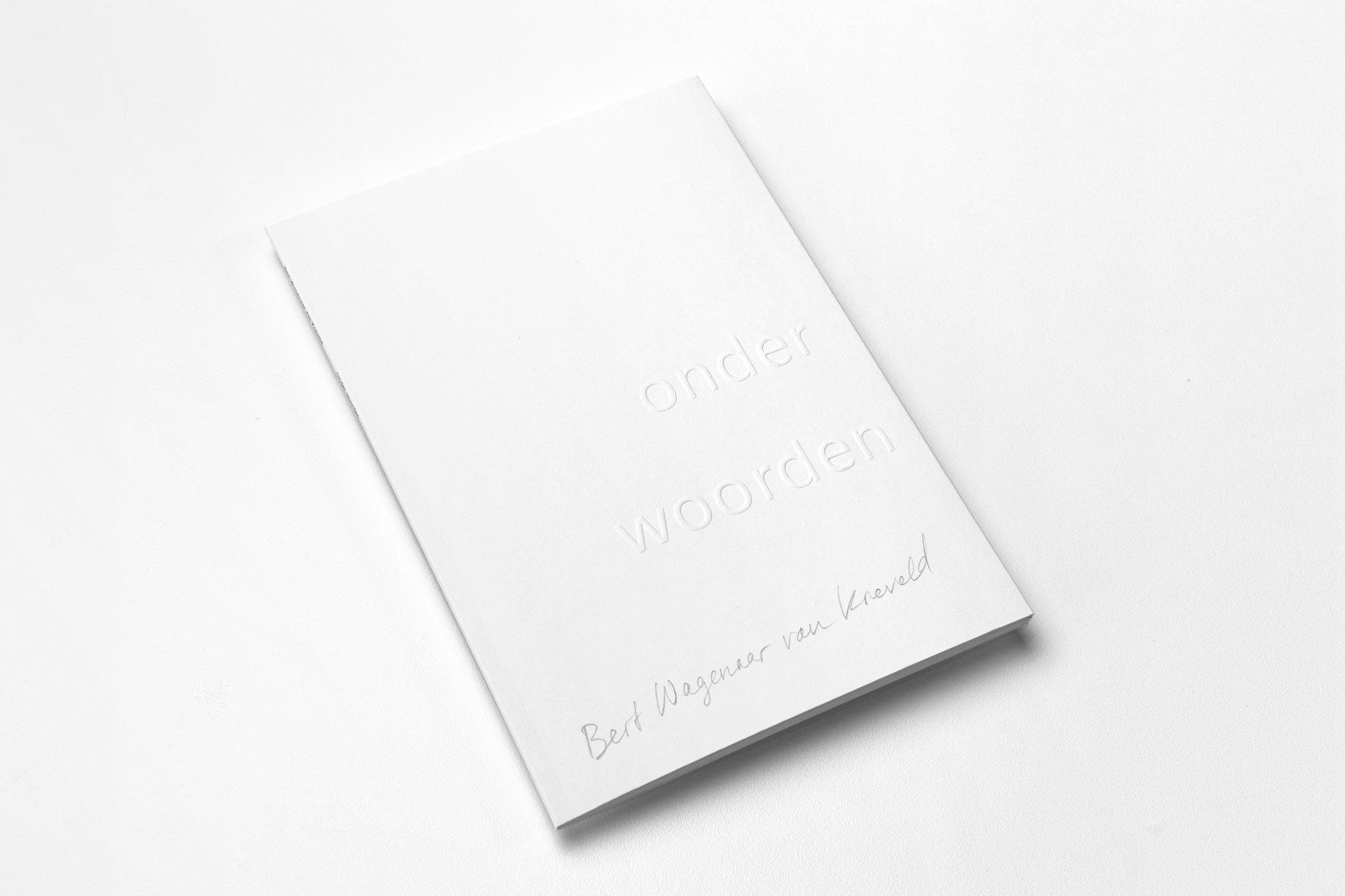 Ontwerper Sanne Beeren kwam naar De Monsterkamer om papier uit te zoeken voor het boek Bert Wagenaar van Krefeld: Onder woorden. Door Sanne Beeren.