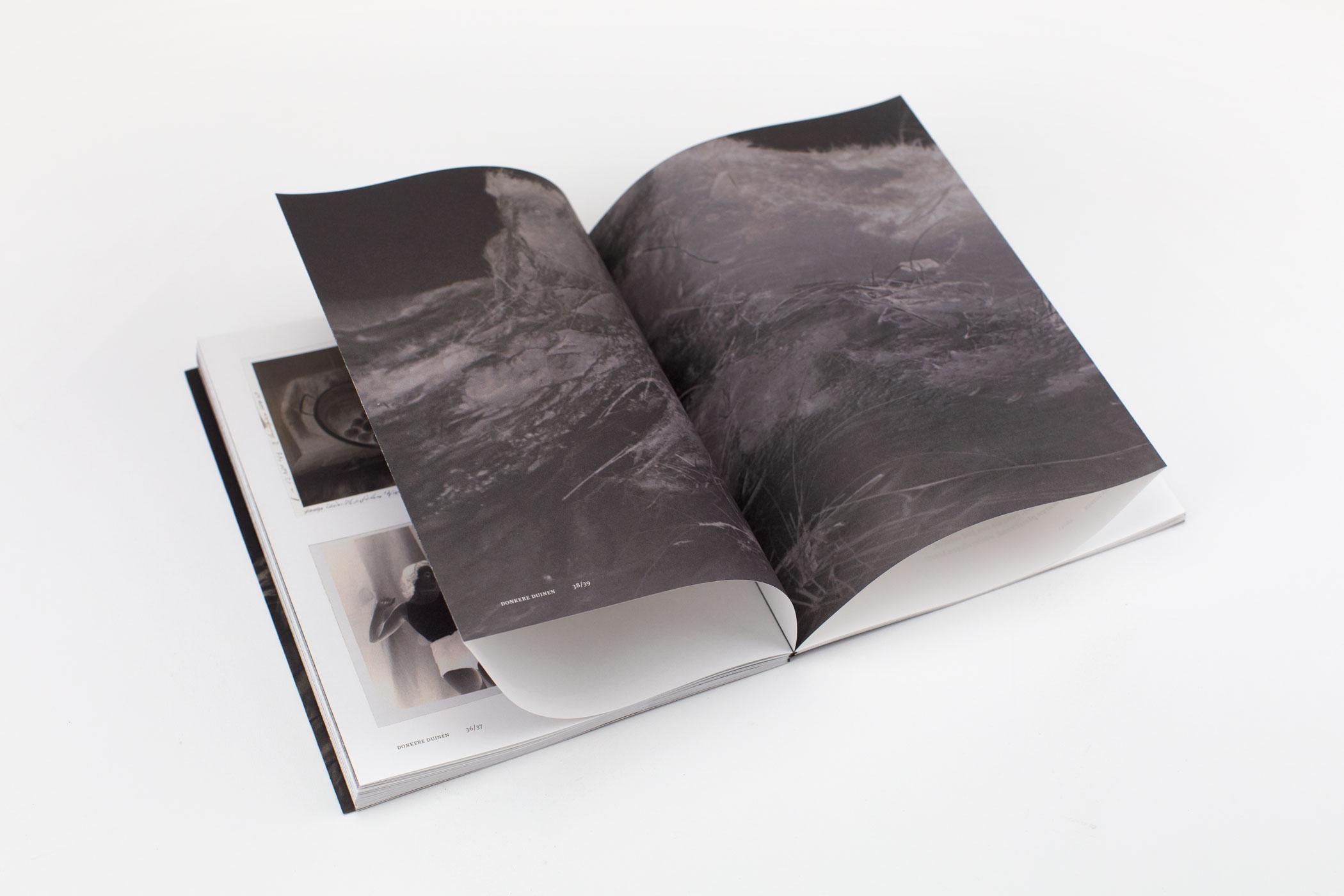 Rein Jelle Terpstra kwam naar De Monsterkamer om een papier uit te zoeken voor het boek Donkere Duinen. Met beelden van een amateurfotograaf.