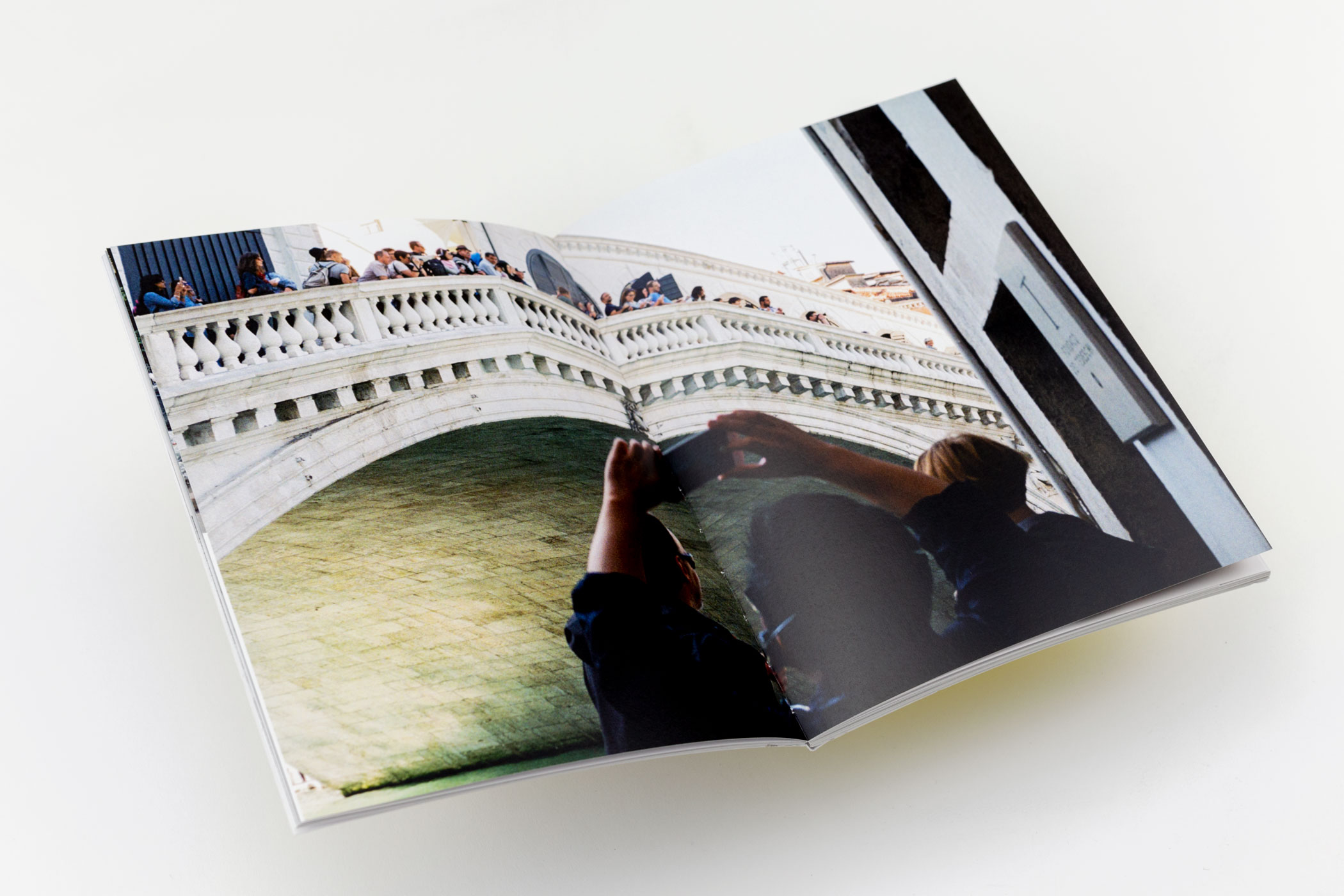 Fotograaf Annosh Urbanke kwam naar De Monsterkamer om papier uit te zoeken voor het boek You Press the Button, We Do the Rest - Encountering Experience.
