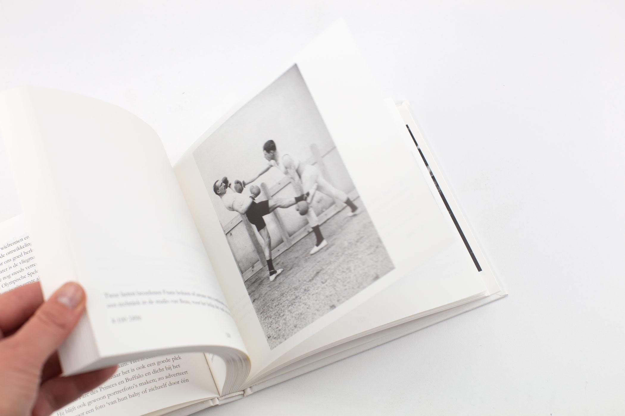 Jan Mulder kwam naar De Monsterkamer om papier uit te zoeken voor het boek De eerste sportfotograaf. Jules Beau geldt als de eerste sportfotograaf...