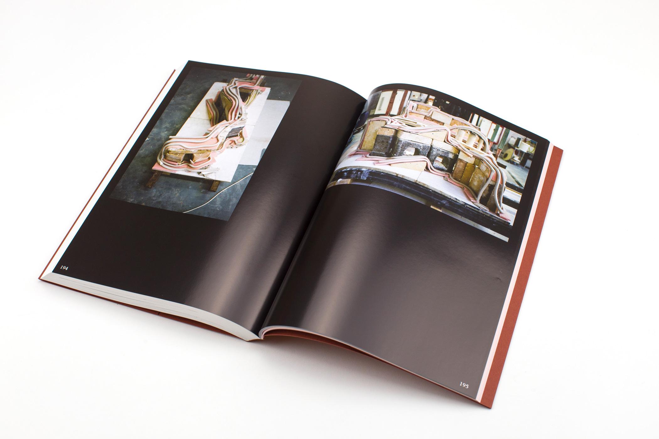 Kunstenaar Stéphanie Baechler kwam naar De Monsterkamer om papier uit te zoeken voor het boek Dear Clay. Ontwerp: Rudy Guedj & Laura Pappa