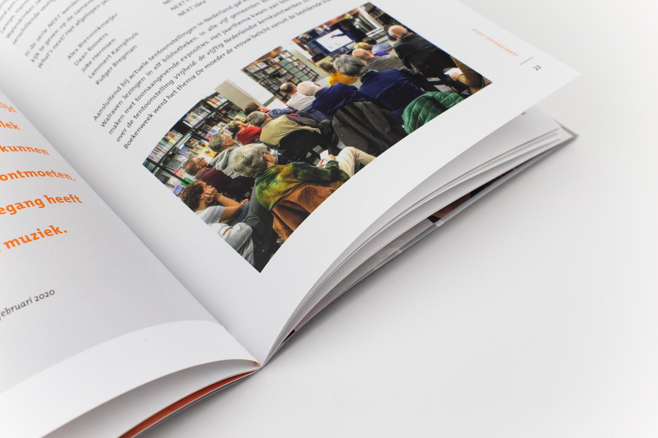Ontwerper Marjon Grendel kwam naar De Monsterkamer om papier uit te zoeken voor het jaarverslag van de Noord Oost Brabantse Bibliotheken.