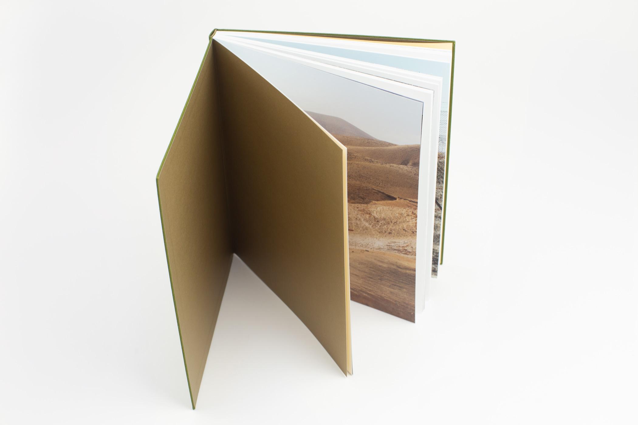Jan Rosseel kwam naar de Monsterkamer om papier uit te zoeken voor het boek Brant Slomovic: The Cracks in Everything.