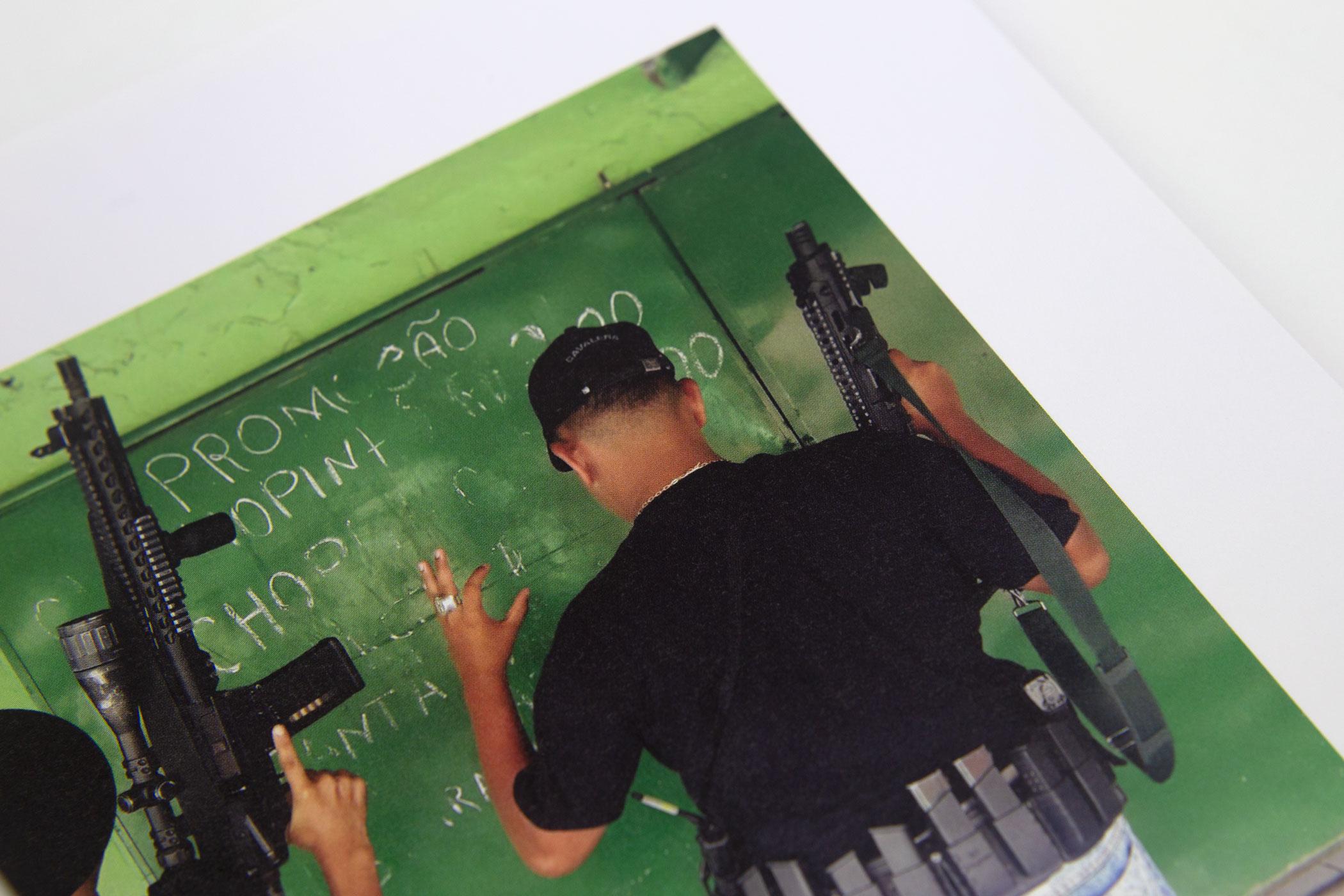 Pouria Khojastehpay kwam naar de Monsterkamer om papier uit te zoeken voor het boek Favela Máfia. Favela Máfia documenteert ...