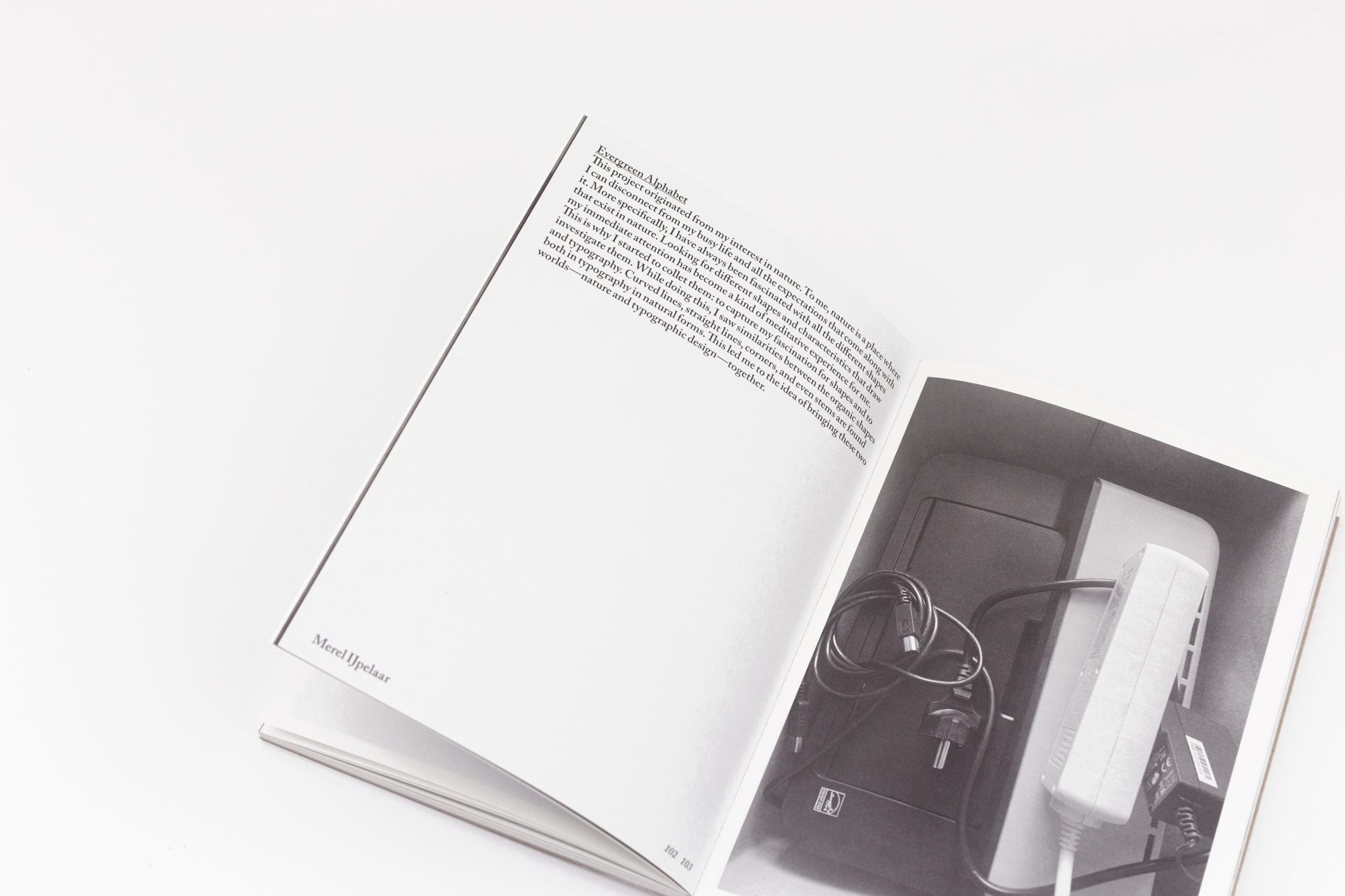Franziska Froebe en Joost Vullings kwamen naar de Monsterkamer om papier uit te zoeken voor het boek Share screen. Graduation Catalogue 2020 ArtEZ Arnhem