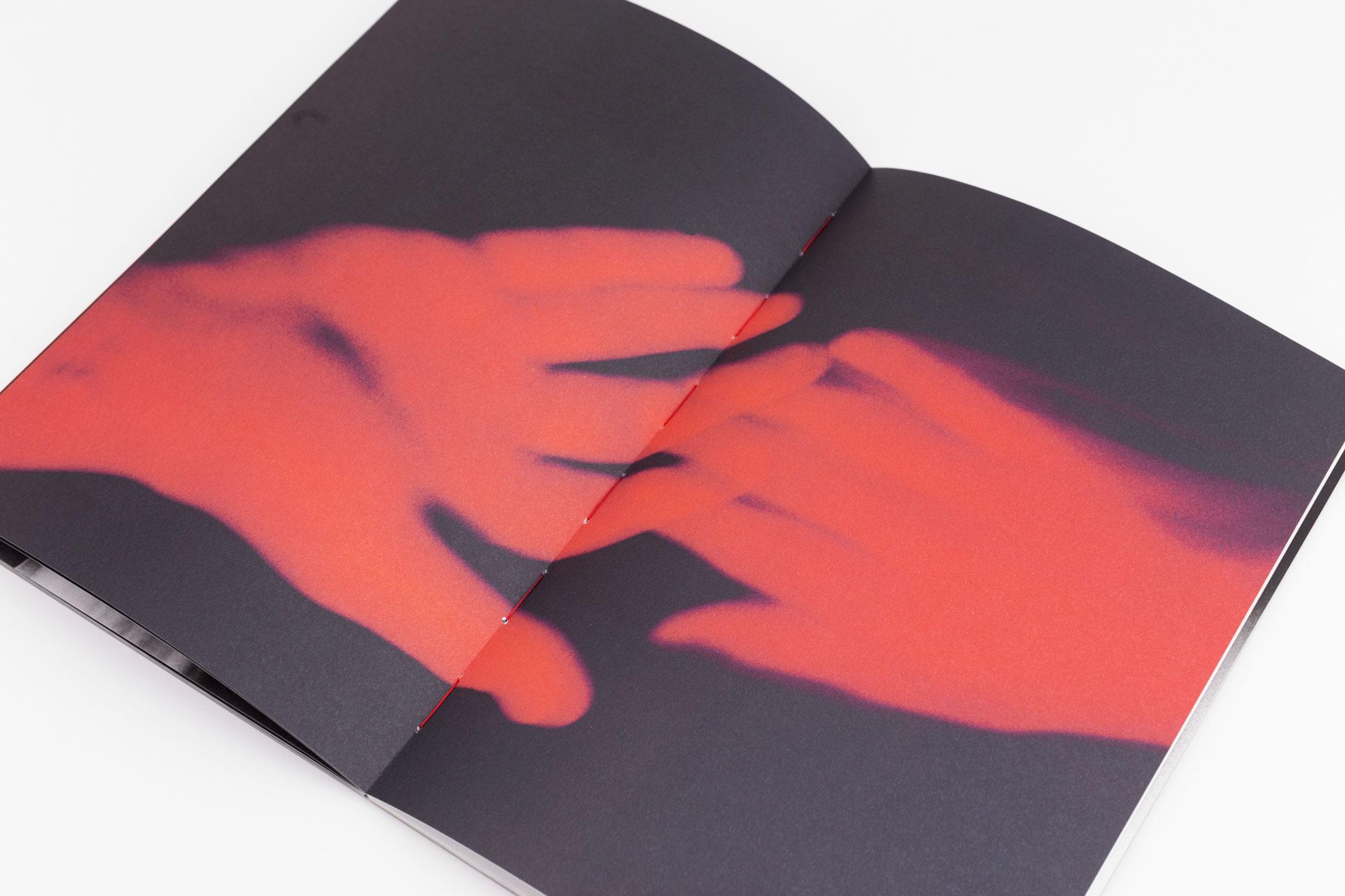 Jean-Michel Mabruki Mussa, Dennis Reitsma en Justus de Rode kwamen naar de Monsterkamer om papier uit te zoeken voor het boek Godspeed.